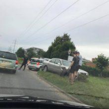 Partizanų gatvėje susidūrė automobiliai, du žmonės išvežti į ligoninę