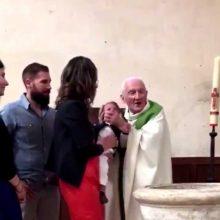 Prancūzijoje nuo pareigų nušalintas krikštijamam kūdikiui smogęs kunigas
