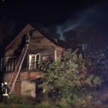 Ugniagesius ant kojų sukėlė Jurbarko gatvėje užsiliepsnojęs namas