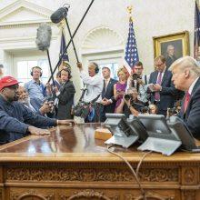 Su reperiu Kanye pietausiantis D. Trumpas sieks juodaodžių rinkėjų palaikymo