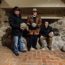 Šiuos senovinių patrankų sviedinius sausio 12-ąją savanoriai buvo užnešę į patį bokšto viršų. Nuotraukoje iš kairės D.Burbulis, R.Šimanskas, N.Treinys.