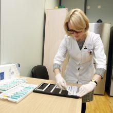 Tyrimas: bendrosios praktikos slaugytoja Ieva Gaidelionienė rodo, kaip atrodo odos lopo testas.
