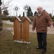 Dovana: gerbiamo šviesuolio atminimą Garliavos Jonučių kapinėse R.Gudaitis įamžino savos kūrybos paminklu.