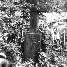 1990 m.: A.Markūnas, palinkęs prie lietuvio tremtinio kapo Korbiko kapinėse.
