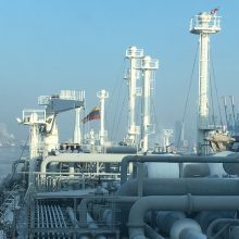Uoste – 100 m ilgio trispalvė iš konteinerių bei milžiniškos vėliavos ant kranų