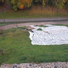 Lietus niokoja Gedimino kalną: įvyko nuošliauža, atsivėrė grunto plyšių