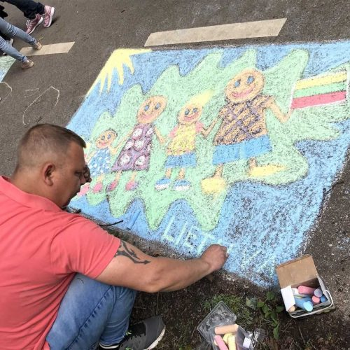 Vaikai Ąžuolyną išmargino tautiškais piešiniais  © Organizatorių nuotr.