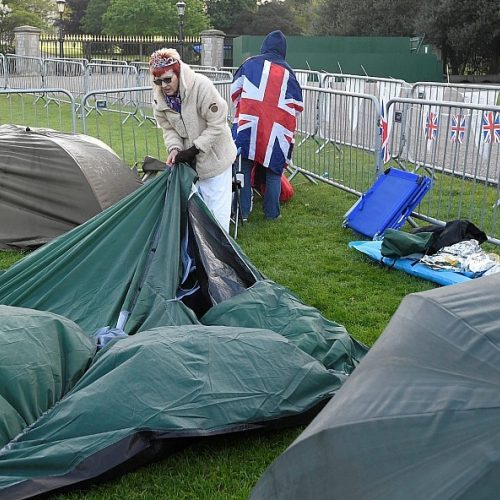 Gerbėjai jau ruošiasi stebėti karališkąsias vestuves  © Scanpix nuotr.