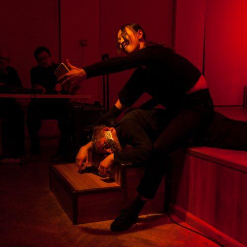 Už uždarų durų – eksperimentinis multimedijų performansas