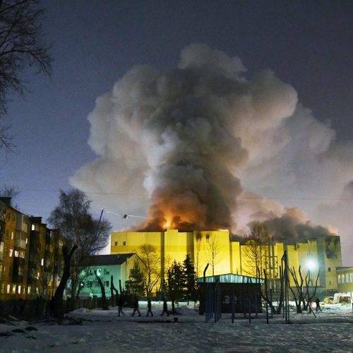 Rusijoje užsiliepsnojusiame prekybos centre – pragaras
