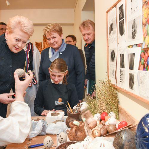 Prezidentė su vaikais dažė margučius
