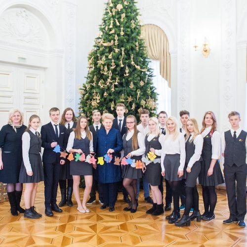 Prezidentė su vaikais puošė eglę  © R. Dačkaus / Prezidentūros nuotr.
