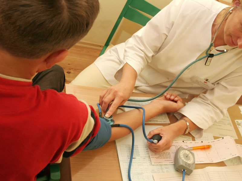 Ministerija ragina medikus pereiti vien prie elektroninių receptų