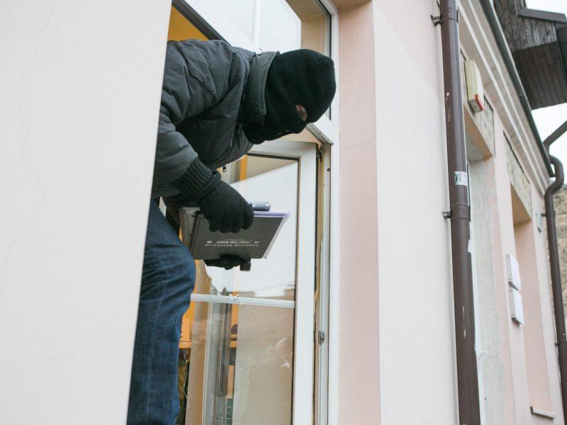 Įsibrovėlis naktį apvogė plungiškio namus