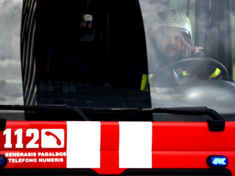 Kelyje Klaipėda-Kaunas sunkvežimį padegė kažkieno nuorūka?