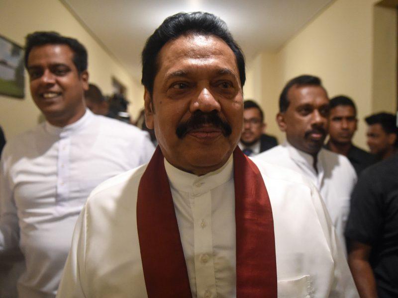 Spaudžiamas Šri Lankos autoritarinis lyderis atsistatydina