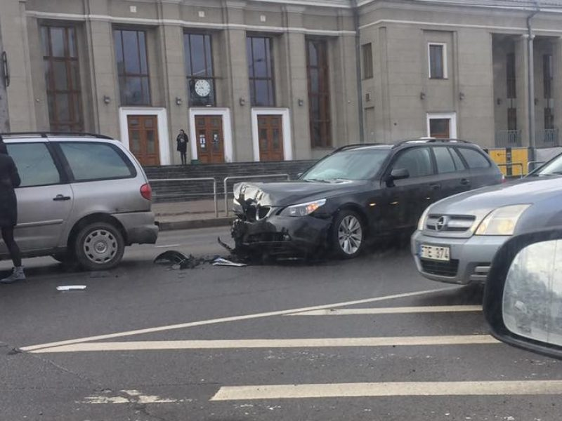 Avarija prie geležinkelio stoties: BMW – sumaitotas, formuojasi spūstys