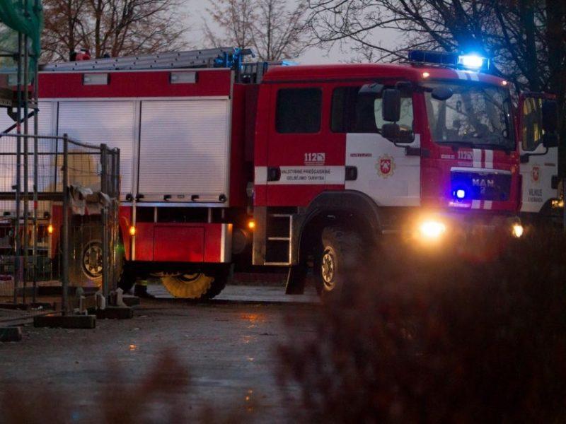 Didžiulis gaisras Šiauliuose: dega įmonės sandėlis, viduje – žmonės