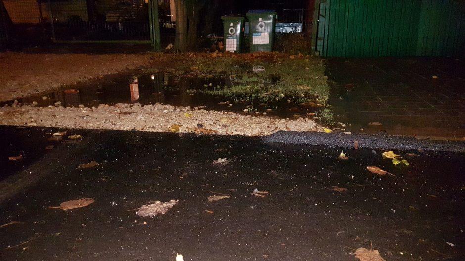 Po gatvės remonto Šančiuose pradėjo skęsti įvažos