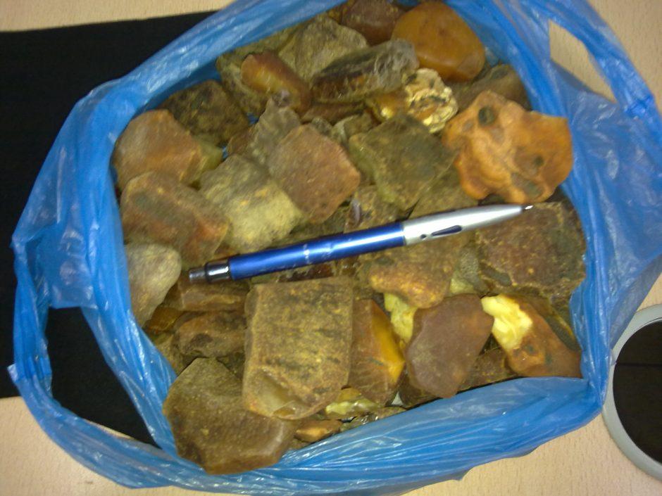Panemunės muitininkai sulaikė daugiau nei 43 kg neteisėtai gabentos gintaro žaliavos