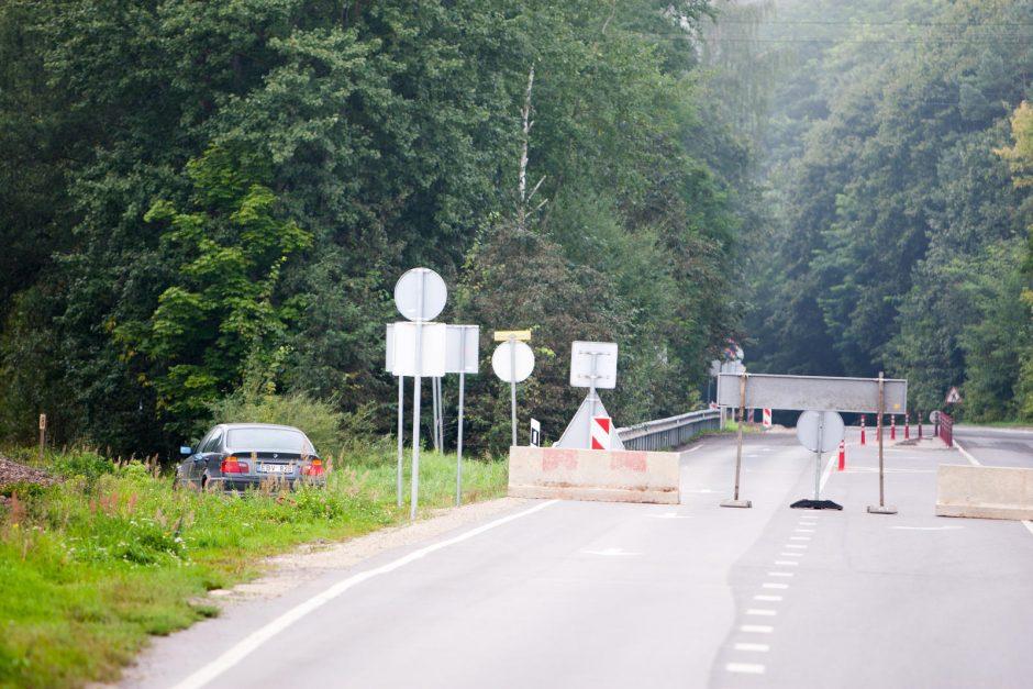 Uždarytas hidroelektrinės tiltas glumina vairuotojus