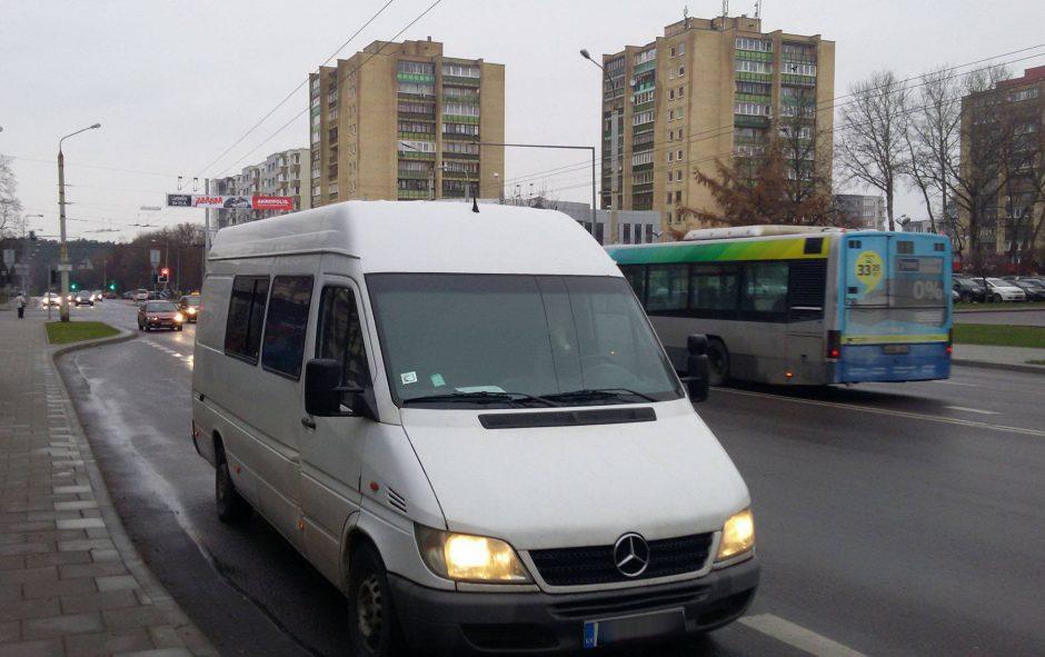 """Rusas į Vilnių atsivežė pilną mikroautobusą """"Kremliaus degtinės"""""""
