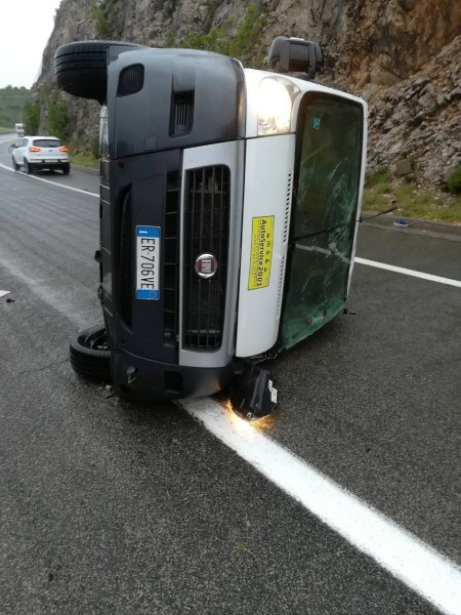 Kroatijoje apvirtus migrantus vežusiam mikroautobusui nukentėjo 12 žmonių