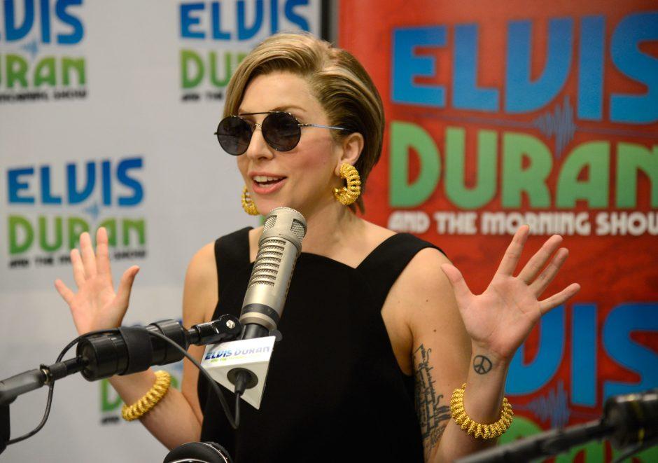 """Filmuodamasi  naujos savo dainos  """"Applause""""  vaizdo klipe Lady Gaga nusimetė drabužius"""