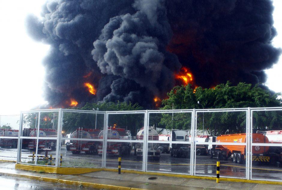 Žaibas sukėlė gaisrą Venesuelos naftos perdirbimo įmonėje