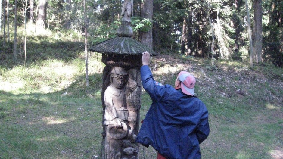Juodkrantės Raganų kalno skulptūros – tautodailininkų rankose