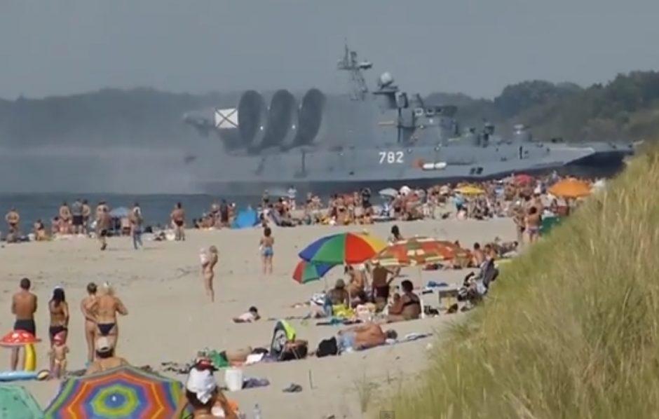 Baltijos pakrantėje poilsiautojus išbaidė desantininkų laivas