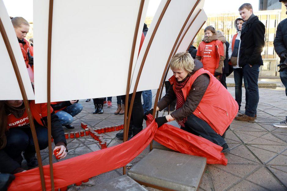 Štorminis vėjas Klaipėdoje trikdė Pasaulinės AIDS dienos paminėjimą