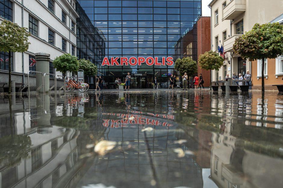 Liūtis Kaune: atviri šuliniai gatvėse, elektros laidai įkalino žmones automobilyje