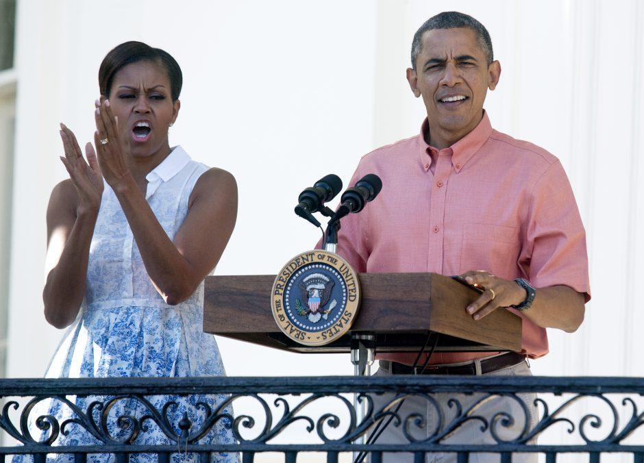 """M. Obama """"Twitter"""" su gimtadieniu sveikina """"labiau pražilusį"""" B. Obamą"""