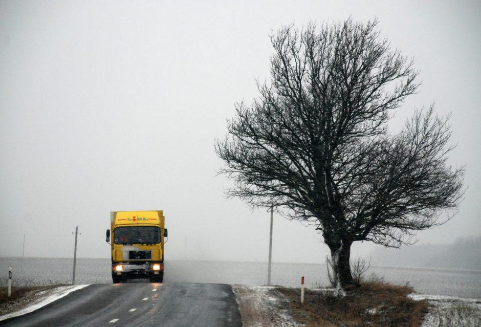 Kelininkai įspėja: šalies rytuose yra apledėjusių kelių