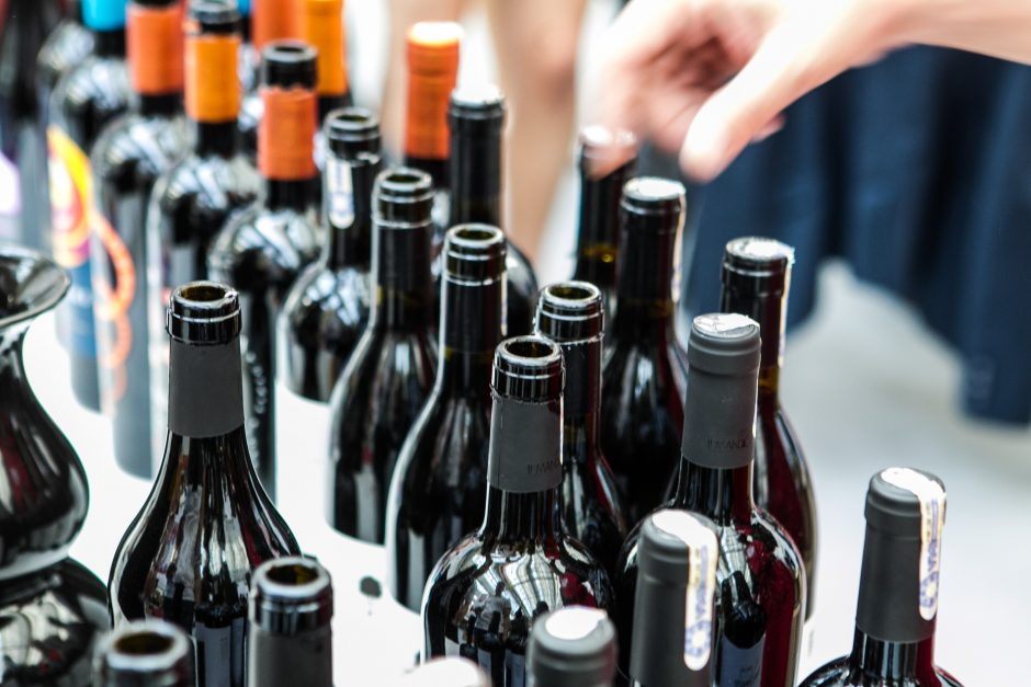 Užsienyje apsiperkantys lietuviai alkoholiui išleidžia mažiau nei estai