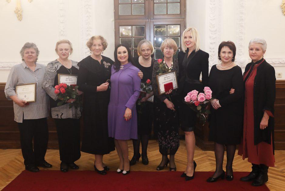 """Iškilioms Kauno moterims – klubo """"Ad Astra"""" apdovanojimai"""