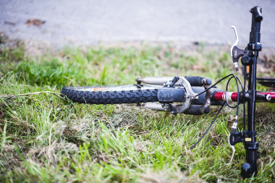 Parodos gatvėje dviratininkas rėžėsi į moters vairuojamą automobilį ir susižeidė