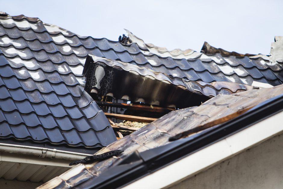 Taikos prospekte sudegė padangų parduotuvės stogas