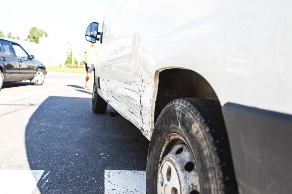 Girtos vairuotojos sukeltoje avarijoje nukentėjo trys žmonės