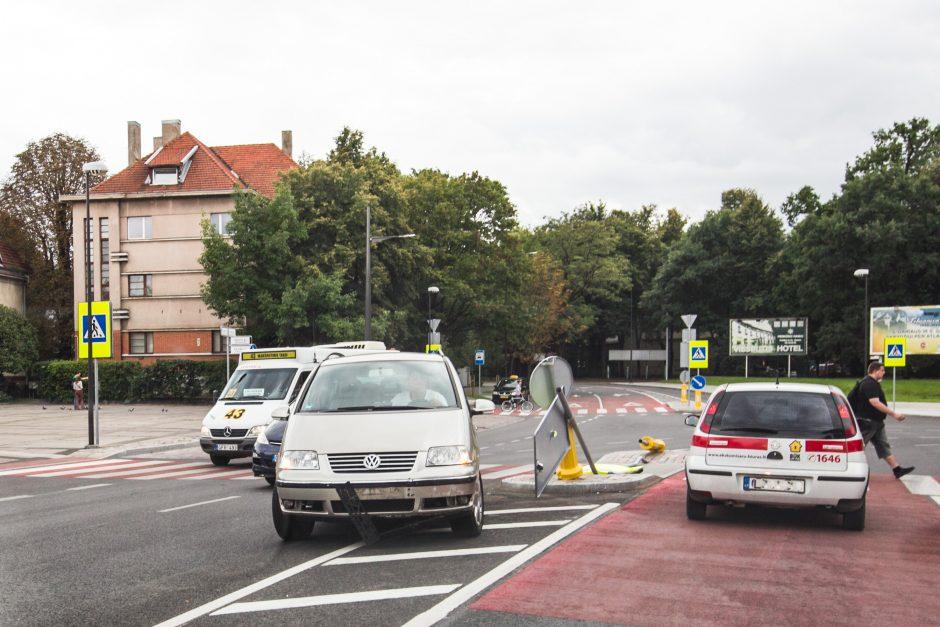 K. Petrausko gatvėje išvartyti kelio ženklai
