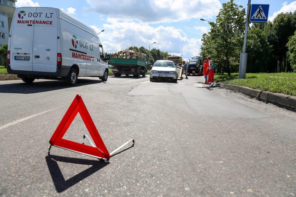 Į avariją pakliuvo automobiliais pakrautas vilkikas