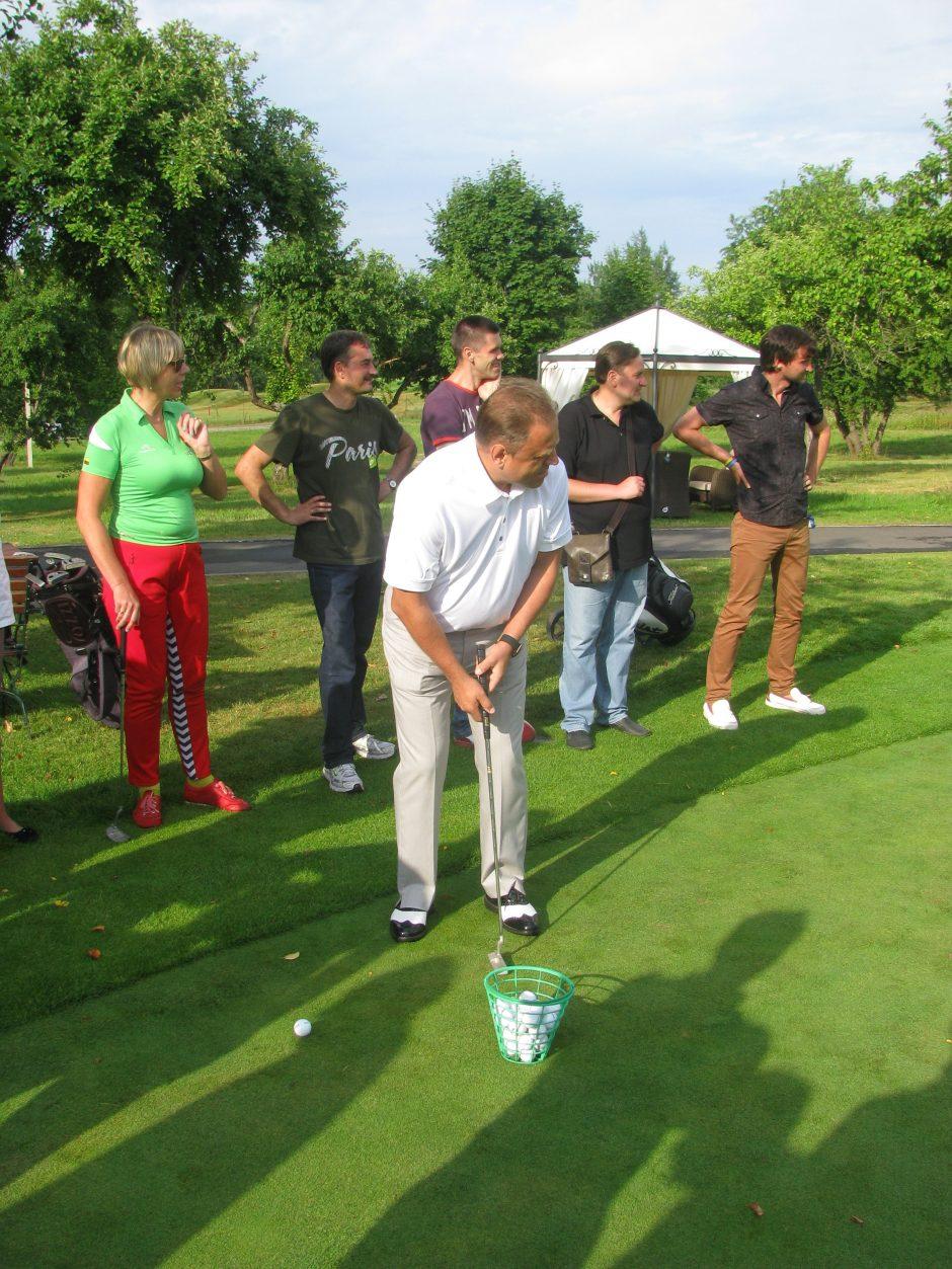 Sporto žurnalistai mojavo golfo lazdomis