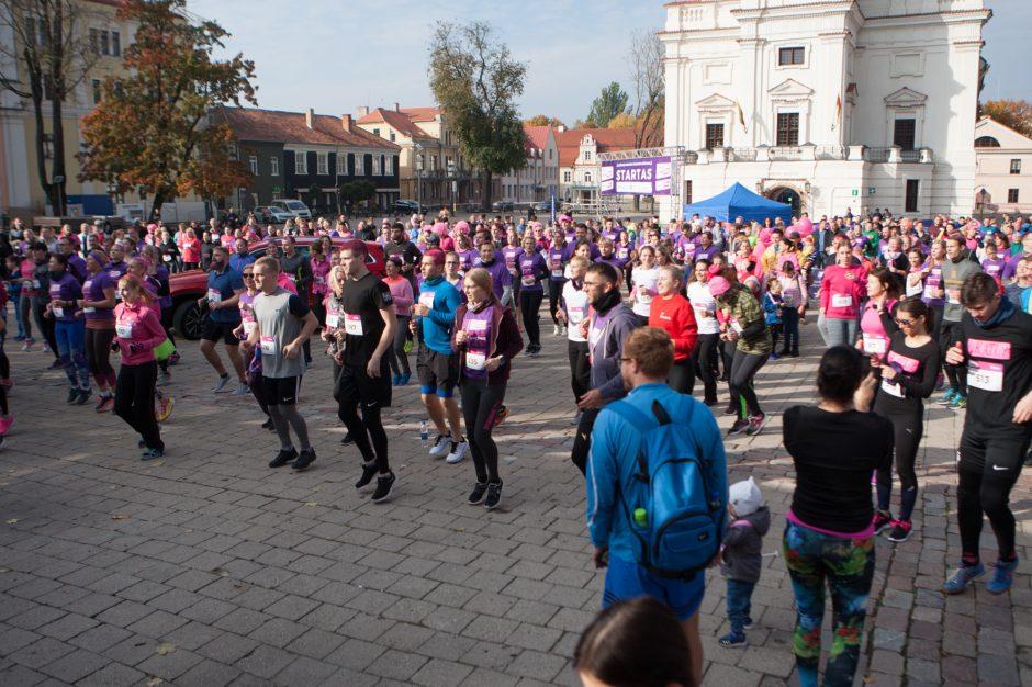 Rožinio kaspino mėnuo Kaune prasidėjo paramos vėžiu sergančioms moterims bėgimu