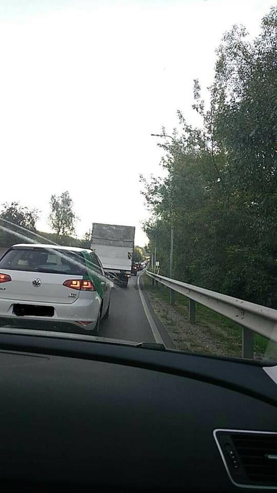 Po trijų automobilių avarijos vairuotojai strigo spūstyje
