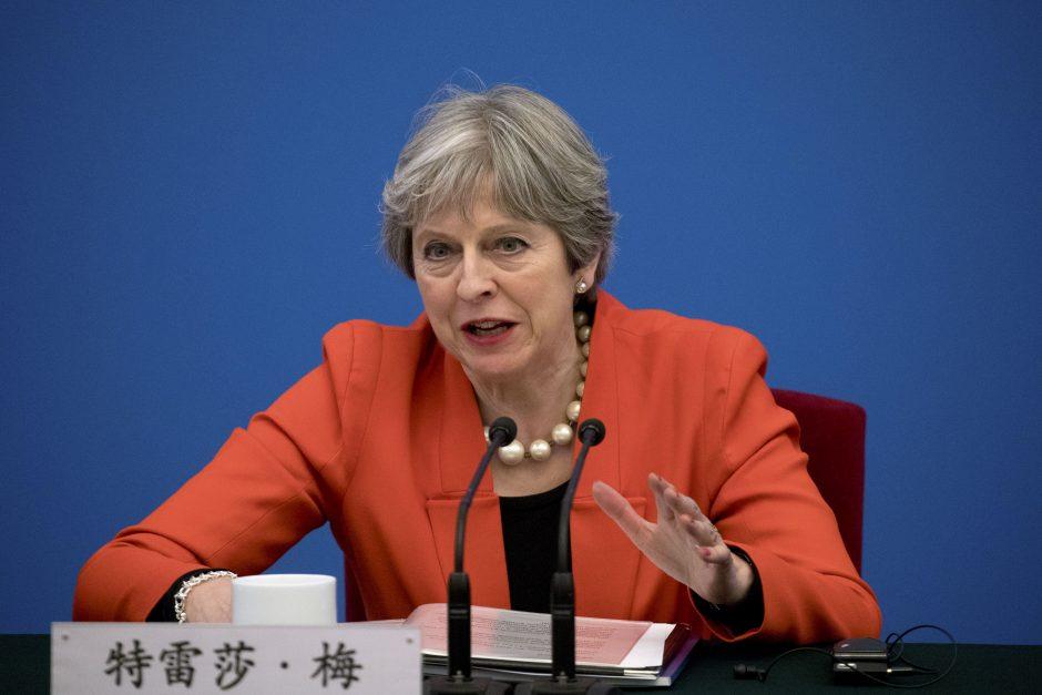 Britų premjerė šalies parlamente teisino karinį smūgį Sirijai