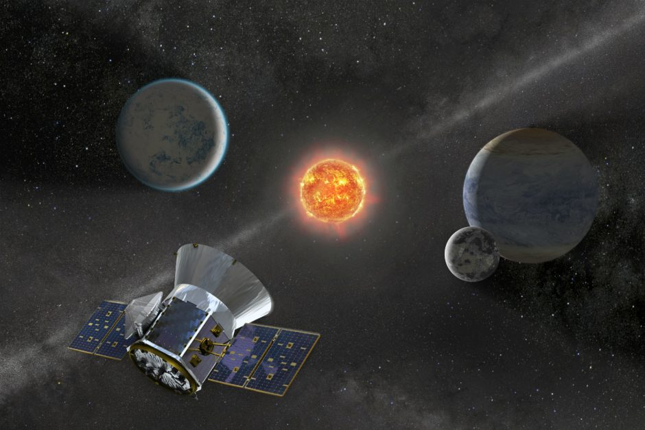"""""""SpaceX"""" atidėjo planetų ieškosiančio NASA kosminio aparato paleidimą"""