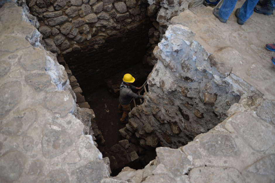 Džiaugiasi sensacingu radiniu: žemės drebėjimas atidengė šventyklos liekanas