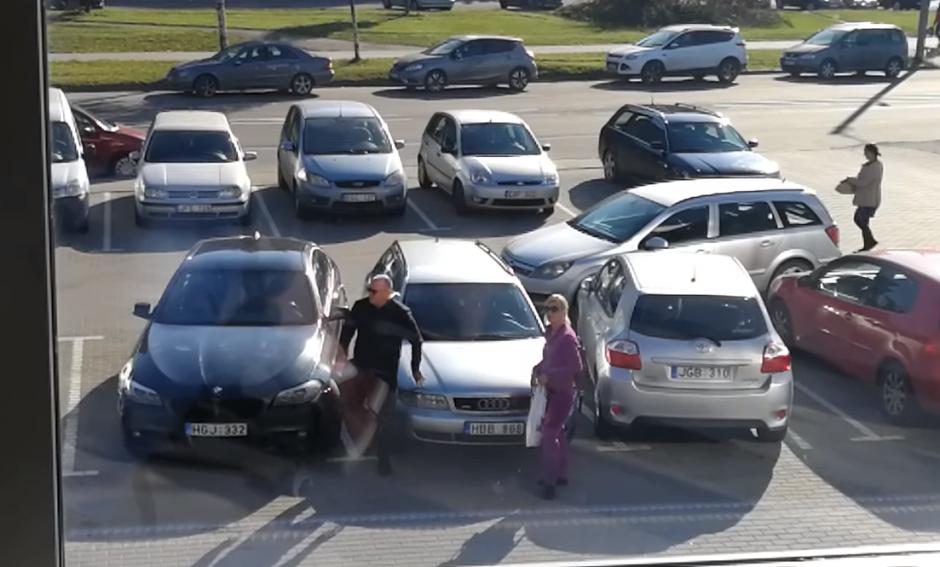 """Šilainiuose BMW vairuotojas įtūžį išliejo ant šalia stovinčio """"Audi"""""""