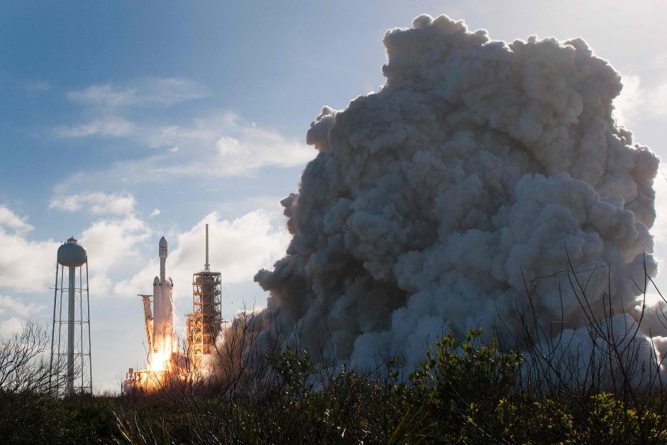 """""""SpaceX"""" planuoja siųsti kosmoso turistus į skrydį aplink Mėnulį"""